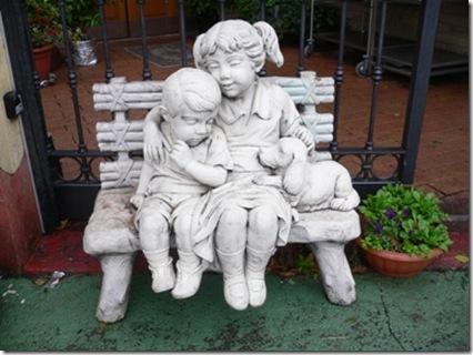 A bambini su panchina