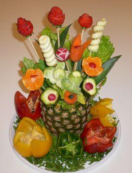 Centro tavola ananas con fiori di frutta e verdura - Centro tavola con frutta ...