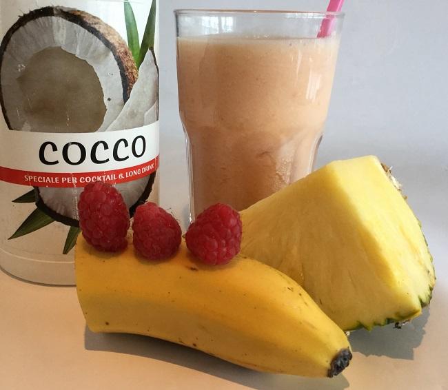 FRULLATO ananas (5 noci), banana (1 noce), lampone (2), sciroppo di cocco (1 cucchiaio