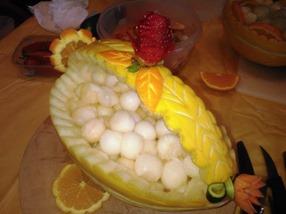 Fruit Carving durante il corso cestino melone