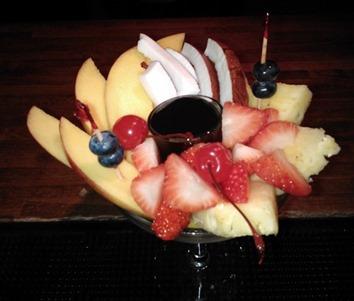 Frutta con topping cioccolato