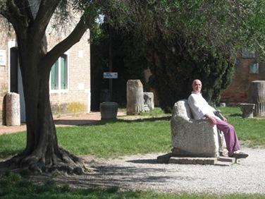 Riposo sul trono in pietra