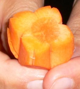 carving piatto fiori carota come fare 2.jpg